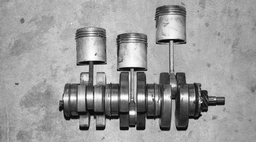 Cigüeñal de un motor con bielas y pistones