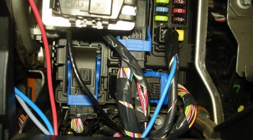 Cables de electricidad del manómetro del turbo conectados al coche