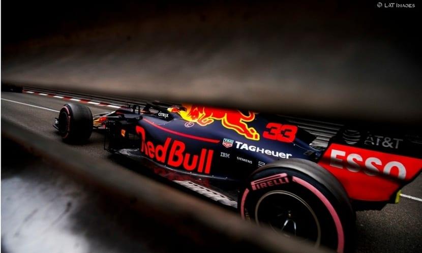 Red Bull a través de las barreras de Mónaco 2019