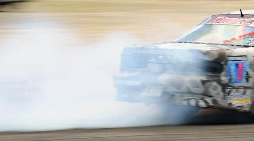Humo de coche quemando aceite