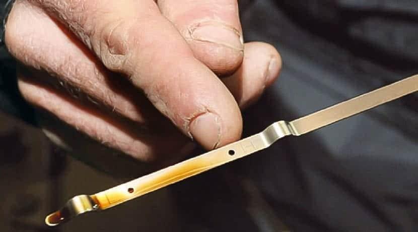 Revisar el nivel de aceite con varilla