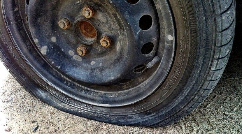 Reparar un neumático pinchado con un parche