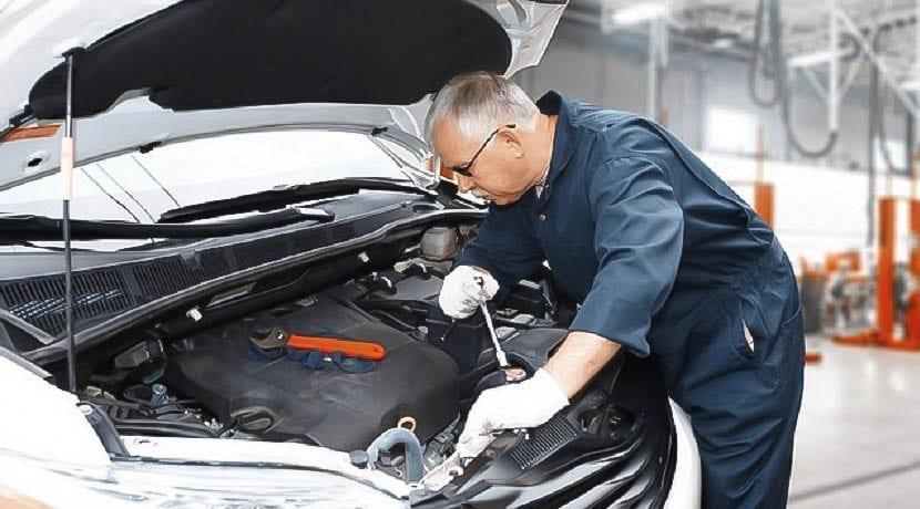 Llevar el coche al taller para que le extraigan el exceso de aceite