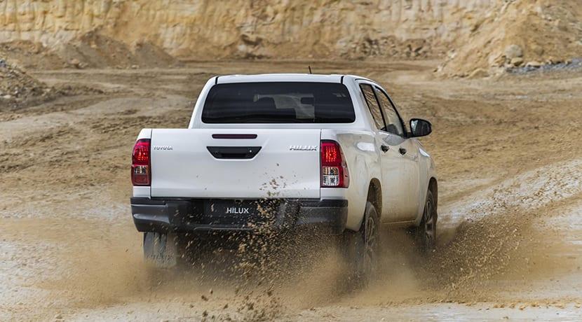 Toyota Hilux Legend Black barro trasera