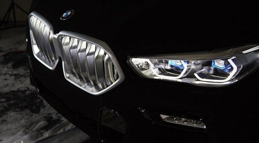Parrilla iluminada del BMW X6 Vantablack