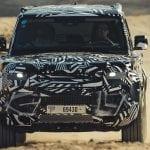 Frontal del Nuevo Land Rover Defender camuflado