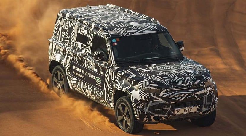 Nuevo Land Rover Defender camuflado en el desierto