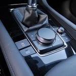 Mando manejo pantalla Mazda3