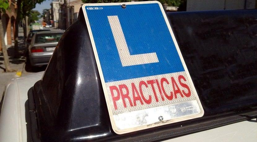 Señal de prácticas del coche