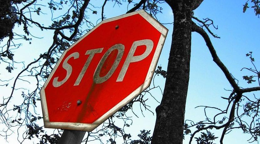 No respetar una señal de Stop es una falta eliminatoria