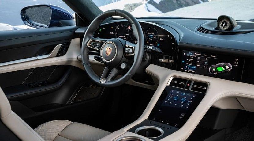 Puesto de conducción del Porsche Taycan