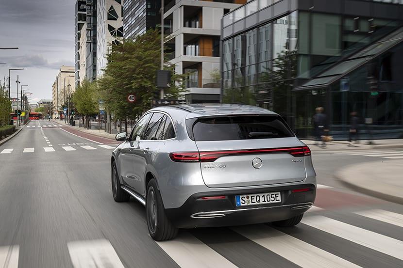 Prueba Mercedes EQC perfil trasero dinámica