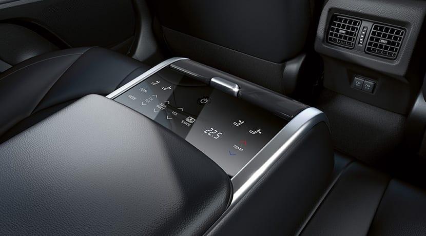 Prueba Toyota Camry pantalla reposabrazos trasero