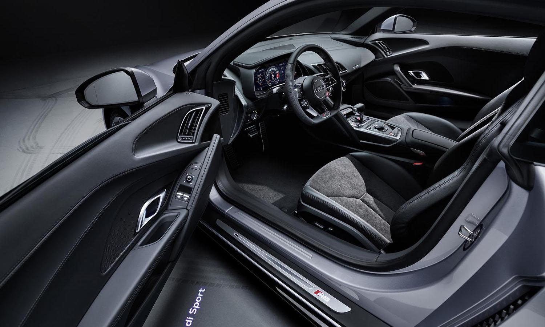 Audi R8 RWS interior