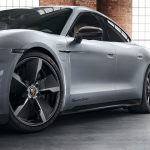 Taycan modificado por Porsche Exclusive de color plata