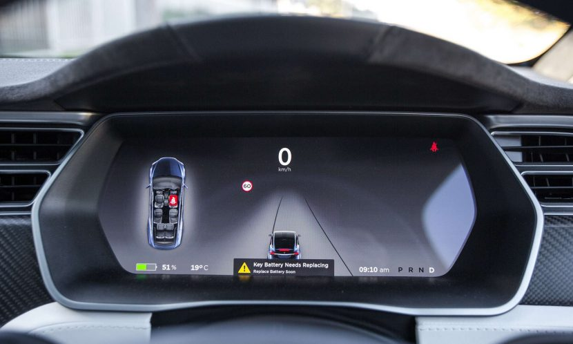 Pantalla con la información sobre la conducción autónoma de Tesla