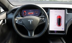Actualización de Tesla para su Autopilot, comandos de voz, juegos, etc
