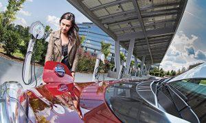 Carga de un Nissan Leaf por una mujer