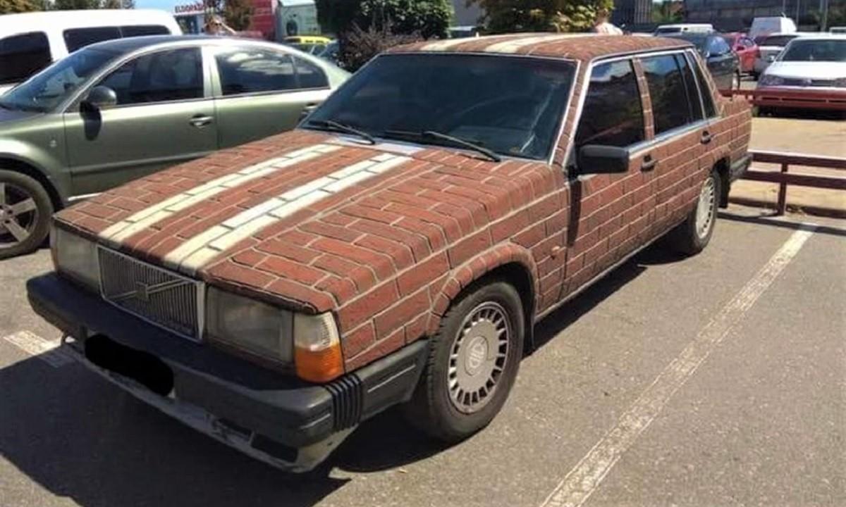 Volvo con carrocería de ladrillos