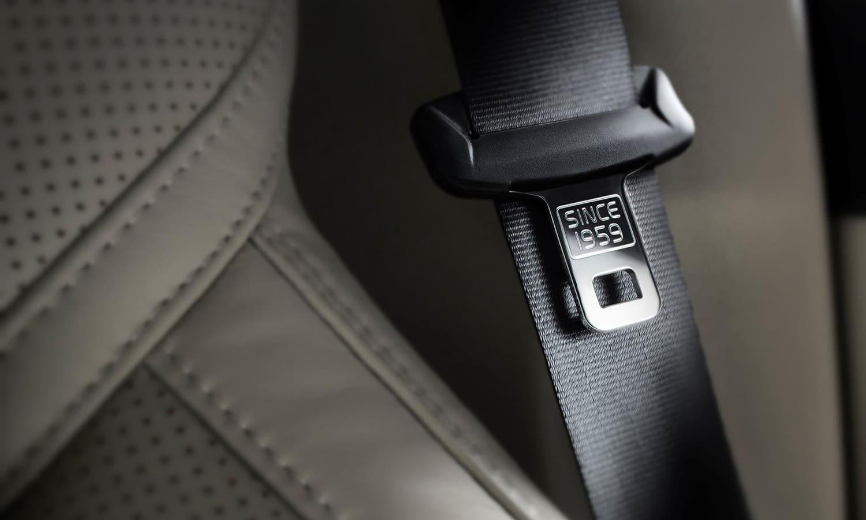 Como ponerse el cinturón de seguridad