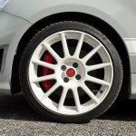 Llantas blancas del Abarth 595 Esseesse con discos de freno perforados y pinzas Brembo rojas