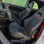 Postura de conducción Abarth 595 y asientos Sabelt