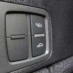 Botones para subir y bajar suspensión trasera desde el maletero en el Audi Q5