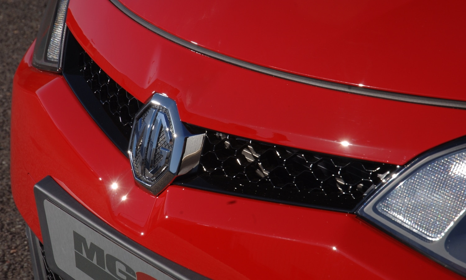 MG 6 SE red front grill