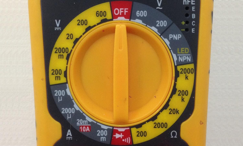 Medir si llega voltaje a la bomba de combustible