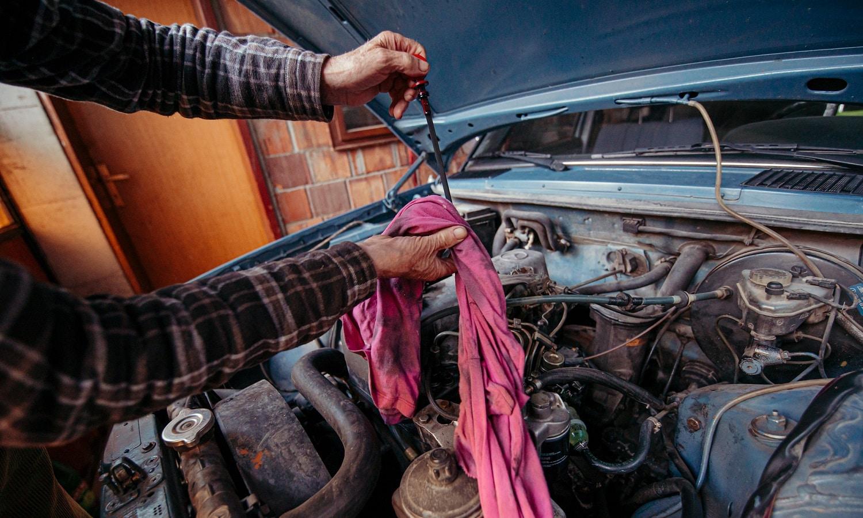 Limpia la varilla del motor con un trapo que no deje pelusa