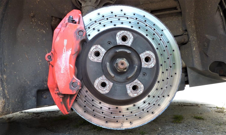 Los discos de freno alabeados son una causa común si ocurre al frenar