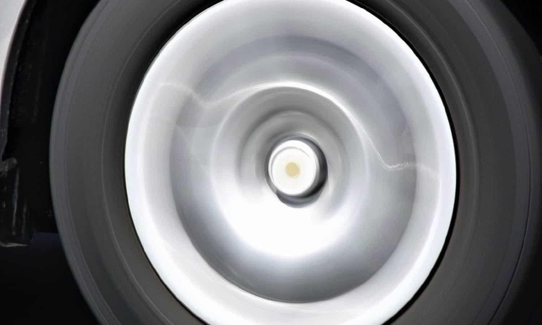 Los neumáticos se calientan más si tienen menos presión porque se deforman