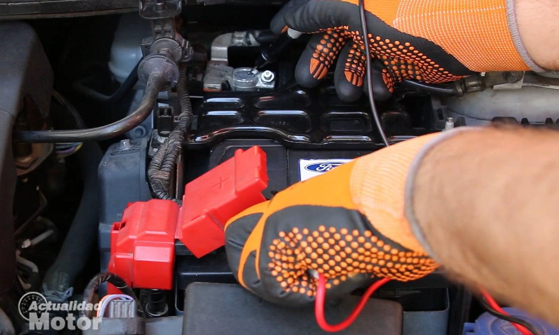 Comprobar la batería del coche con un multímetro