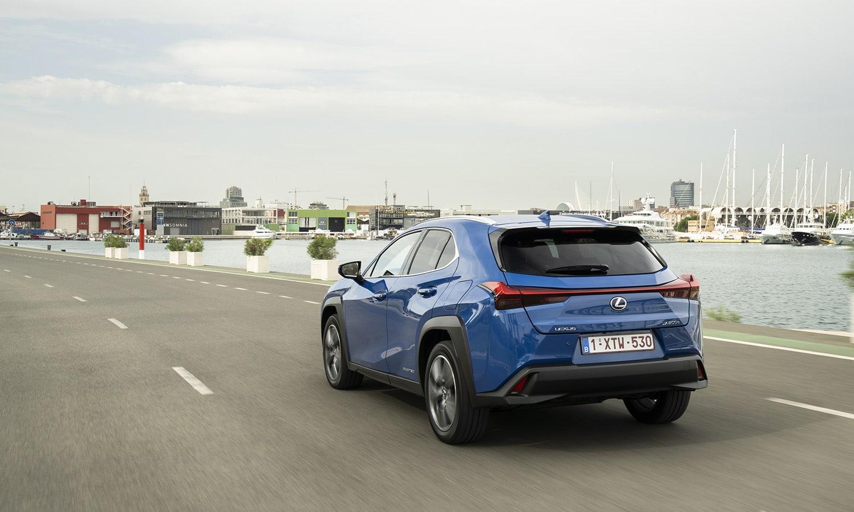 Prueba Lexus UX 300e perfil trasero dinámica