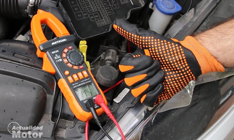 Comprobar consumos eléctricos anómalos y fugas de corriente de la batería del coche