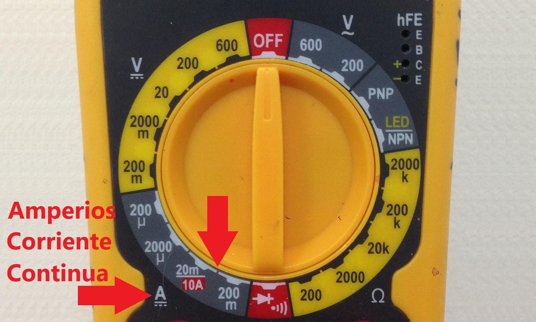 Configura el alternador en amperios y corriente continua