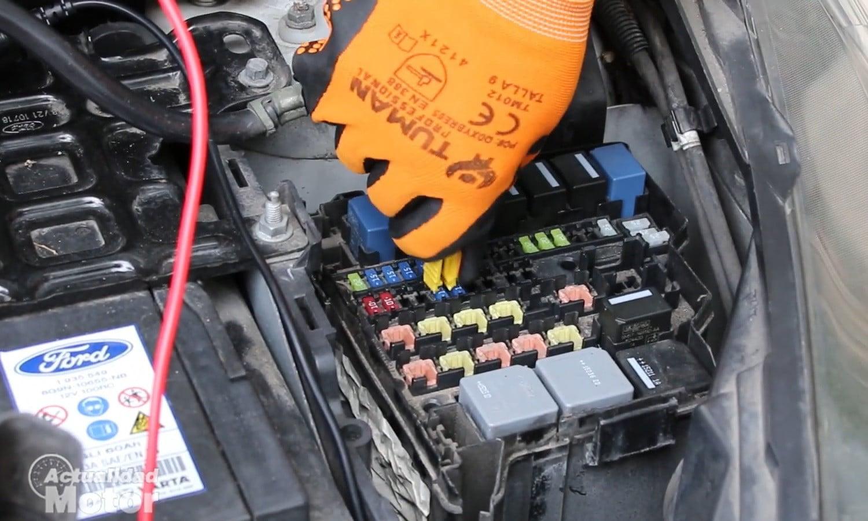Al sacar los fusibles uno a uno podrás ver qué sistema provoca la fuga de corriente